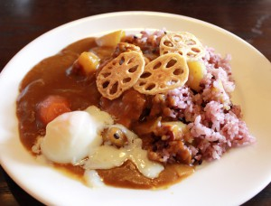 なると金時と阿波鶏の古代米カレー